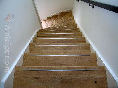 Frezen van de trap en montage van anitislip trapstrips for Stalen trap maken